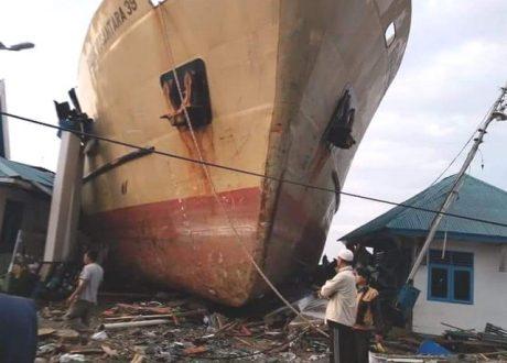 Kapal Laut Besar Didaratkan Tsunami