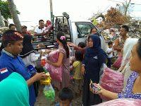 Komil dan IJS Bagikan Ratusan Bantal dan Jilbab di Pulau Sebesi