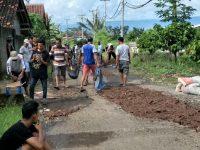 Babinsa Kotaagung bersama Warga Gotong-royong Perbaiki Jalan di Pedukuhan Waysom