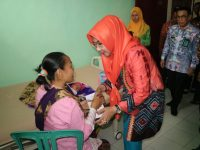 Bupati Dewi Handajani Serahkan Akte Kelahiran, KK dan KIA di Puskesmas Kota Agung