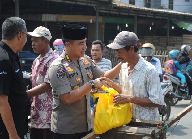 Puluhan Abang Becak Terima Bantuan Sembako dari Jum'at Barokah Polda Banten