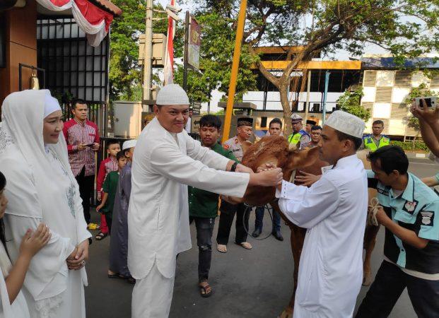 Sholat Idul Adha Berjamaah, Polres Jakbar Serahkan 49 Ekor Sapi dan 22 Kambing