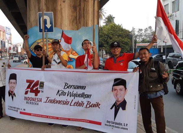 Sambut Kemerdekaan, PKS Bandarlampung Gelar Flasmob dan Bagikan Bendera Merah Putih