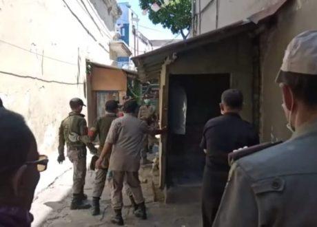 Satpol PP Bongkar Paksa Bangunan Rumah di Jl Krato 5 Surabaya, Warga Merasa Ditekan