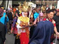 FLS2N ke-16, Panitia Lokal Sambut Kedatangan Peserta dengan Adat Lampung