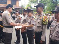 Peringatan Hari Nusantara ke- 20, Kapolrestro Jakbar Berikan Penghargaan Kepada Anggota Berprestasi