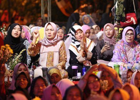 Peringati Maulid Nabi 1441 H, Wagub Nunik Bersholawat Bersama Puluhan Ribu Warga