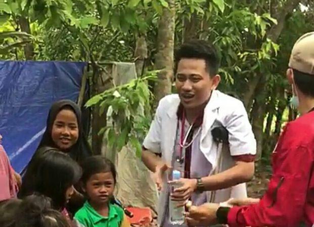 Cedera Kaki dr Aldo Hibur Anak-anak di Pengungsian