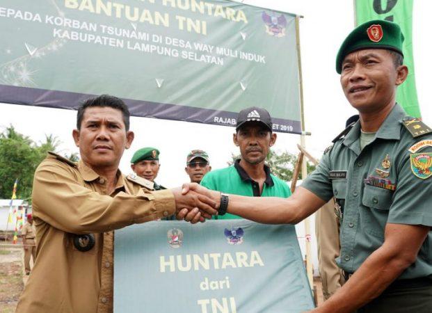 Warga Terdampak Tsunami di Kecamatan Rajabasa Terima 40 Huntara Bantuan TNI