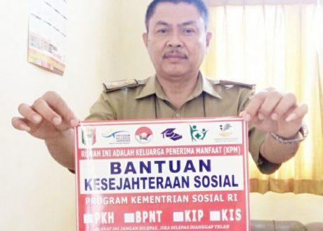 Dinsos Tanggamus Pasangi Stiker Rumah Penerima Bansos KPM-PKH